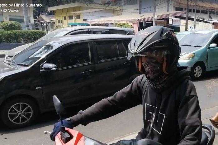 Pemotor yang nekat lewat trotoar dan hampir menabrak pejalan kaki