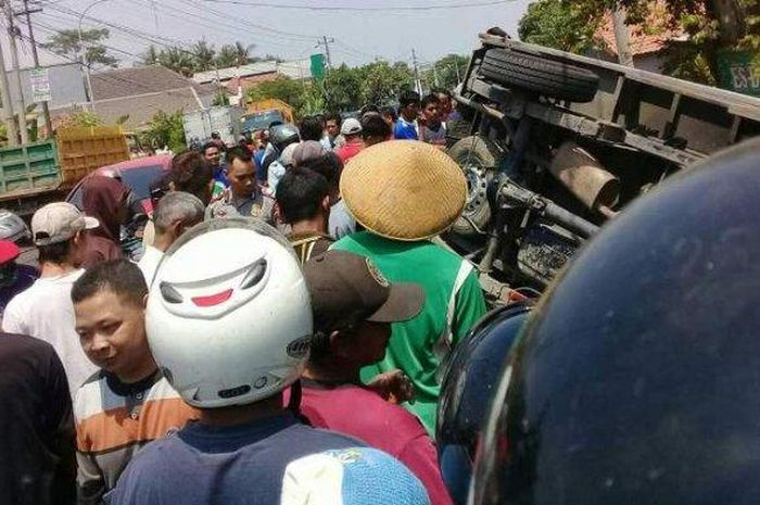 Kecelakaan yang melibatkan KA Kaligung dan mobil boks serta sepeda motor terjadi di perlintasan kereta api di Pekalongan