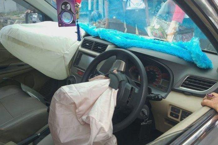 Taksi online terlibat kecelakaan dengan pemotor yang masih pelajar karena potong jalur.