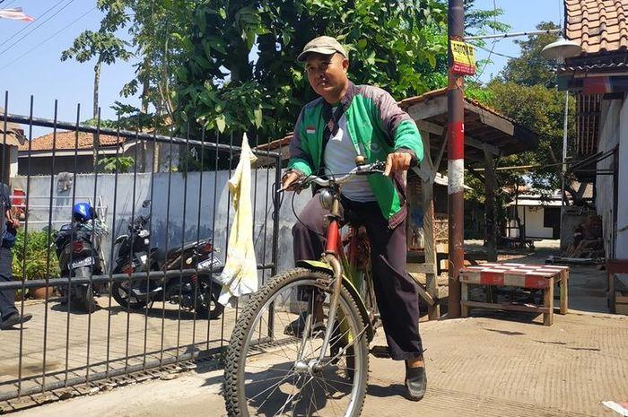 Eko Susilo (47) driver ojek online (ojol) mengantarkan pesanan GoFood menggunakan sepeda, kabarnya karena sang driver tidak punya uang untuk benerin motor.