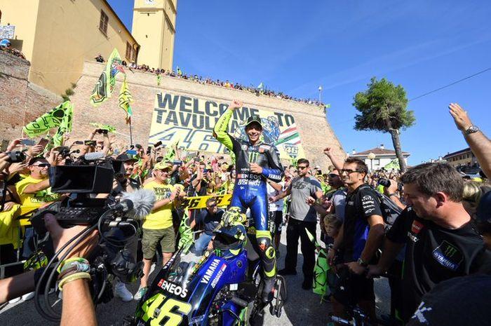 Valentino Rossi meluapkan kegembiraan bersama fanatikannya di Tavullia karena mimpi masa kanak-kanak bisa naik motor MotoGP keliling kota kesampaian