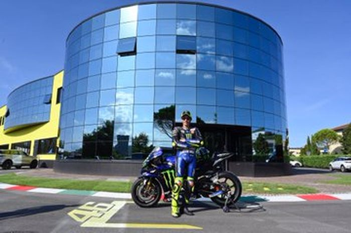 Jarang-jarang Valentino Rossi ngantor ke markas VR Racing naik motor MotoGP Yamaha M1