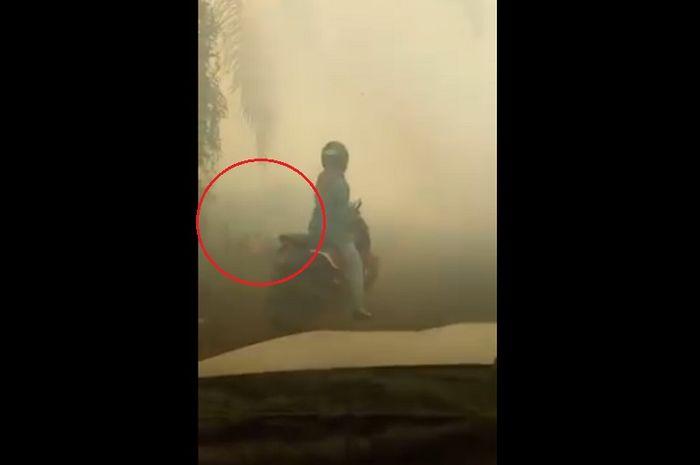 Seorang pemotor menabrak pohon sawit, karena pandangan terbatas akibat kabut asap