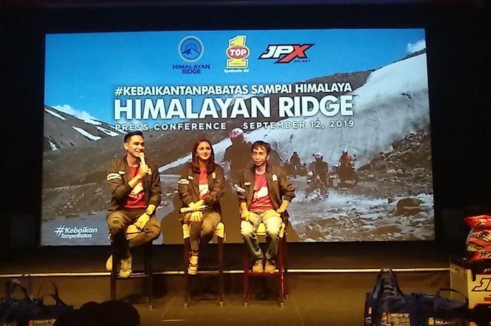 Pasangan Selebriti Darius Sinathrya dan Donna Agnesia Berhasil Riding di Jalur Tertinggi di Dunia