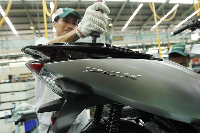 Ilustrasi membuka bodi motor Honda PCX