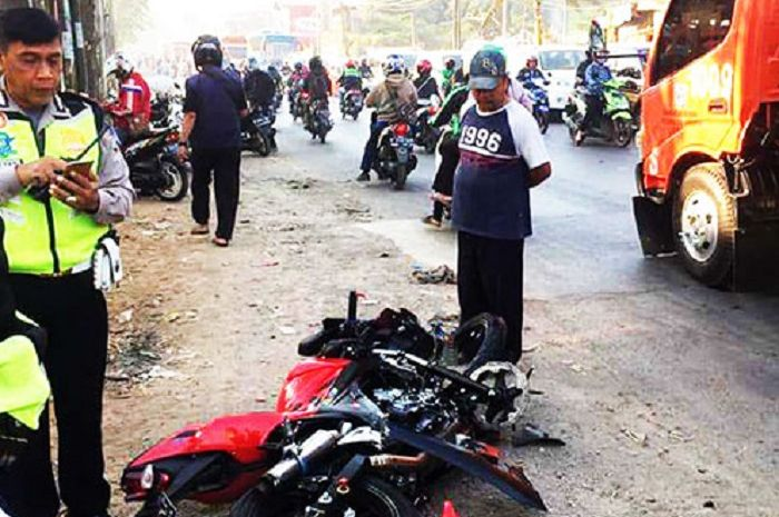Pemotor menjadi korban kecelakaan di jalan raya Narogong, Bekasi.