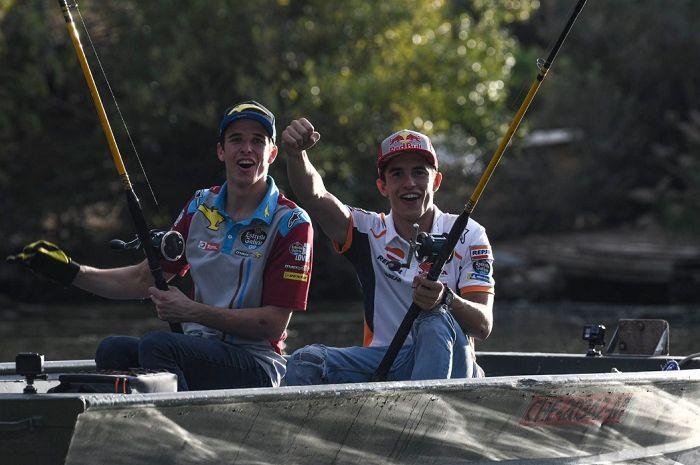 Marc Marquez dan Alex Marquez (kiri).