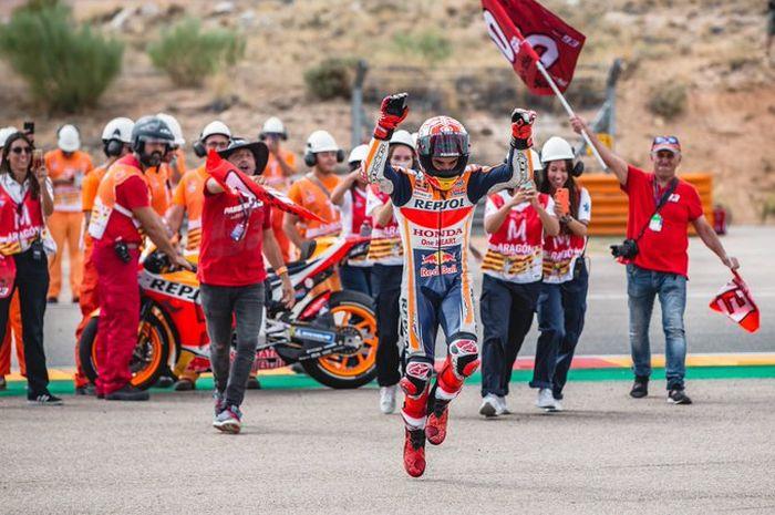 Marc Marquez tak cuma juara di MotoGP Aragon 2016, tapi juga cetak pole position dan fastest lap serta gak pernah kehilangan posisi terdepan selama 23 lap berlangsung.