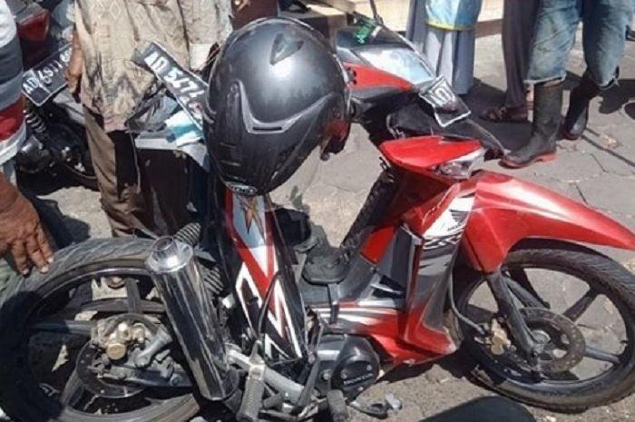Honda Supra X hancur terlipat ditabrak Nisan Livina di Sukoharjo.