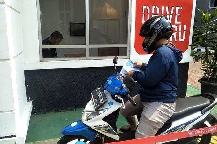 Dengan Loket Tilang Drive Thru, bayar tilang bisa cepat enggak perlu antri, bahkan tanpa turun dari motor.