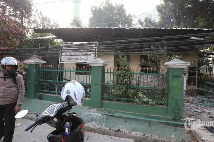 Kondisi Polsubsektor Palmerah setelah dibakar oleh Massa, yang mengakibatkan motor seorang jurnalis dan tiga lainnya ikut terbakar