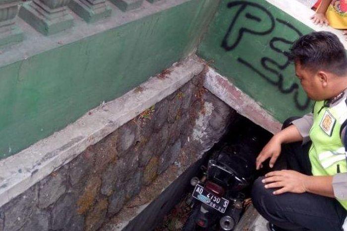 Sebuah Honda Tiger bersama pengemudinya ditemukan di sebuah selokan selebar 40 cm