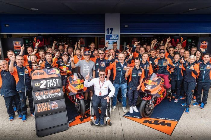 Direktur motorsport KTM, Pit Beirer (kemeja putih) bersama tim KTM MotoGP bilang ke depannya KTM gak bakal rekrut pembalap MotoGP alumnus Yamaha