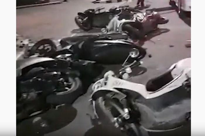 Barisan Sepeda Motor Tergeletak Tanpa Pemilik di Depan Gedung DPR RI