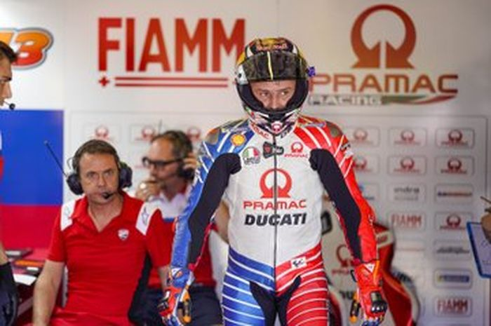 Marco Frigerio (berbaju merah) insinyur elektroni Ducati pabrikan yang membantu Jack Miller di tim Pramac Racing
