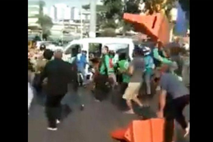 Petugas Dishub dikeroyok driver ojol dan warga ditimpa pembatas jalan