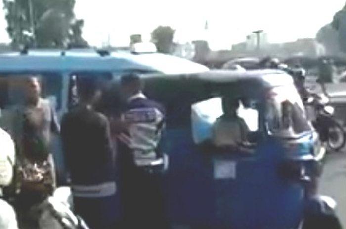 Petugas Dishub dikepung driver ojol dan warga