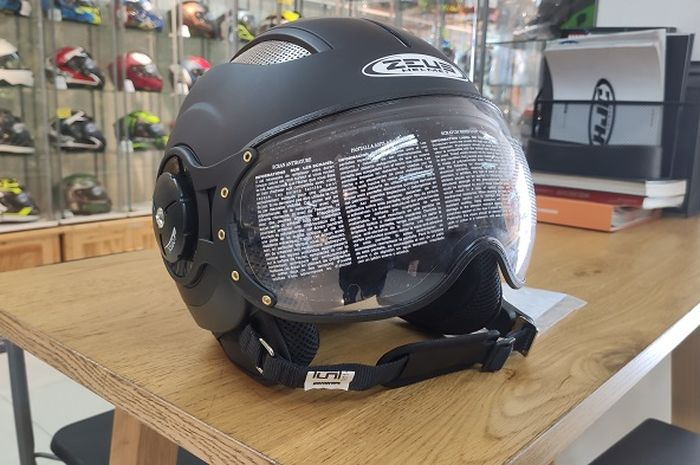 Tampak depan helm Zeus ZS218.