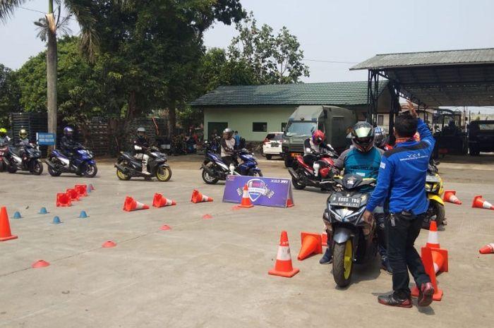 Puluhan pemilik Yamaha Aerox 155 yang tergabung dalam Aerox 155 Riders Club Indonesia (ARCI) Jakarta Chapter ikut dalam pelatihan safety riding bersama Team Yamaha Riding Academy (YRA).