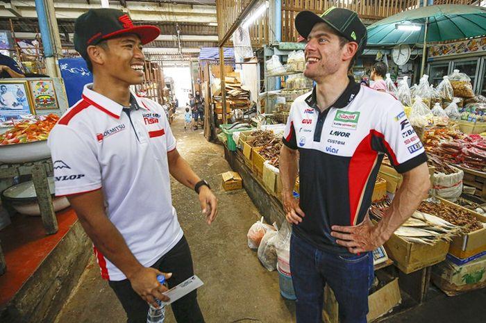 Cal Crutchlow bercanda dengan Somkiat Chantra di MotoGP Thailand