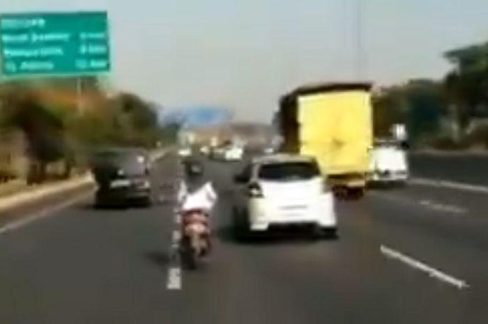Emak-emak naik motor masuk tol di Surabaya, Jawa Timur