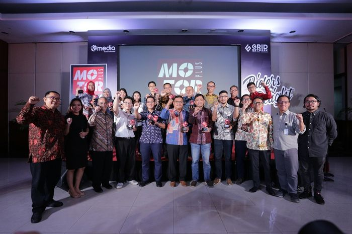 Pemenang MOTOR Plus Award 2019 bersama redaksi MOTOR Plus dan management GridNetwork