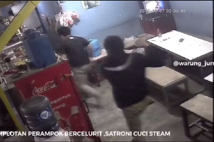 Dua orang perampok bercelurit menyerang tempat cuci steam di Bekasi menggunakan Yamaha NMAX dan Honda Scoopy