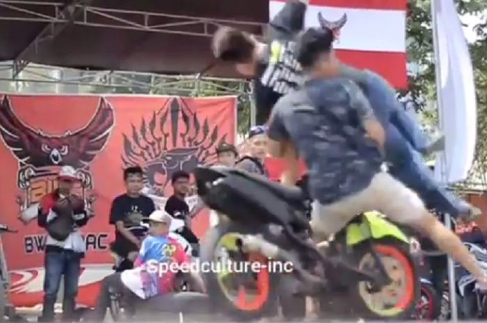 Penonton tertabrak motor di depan paddock.