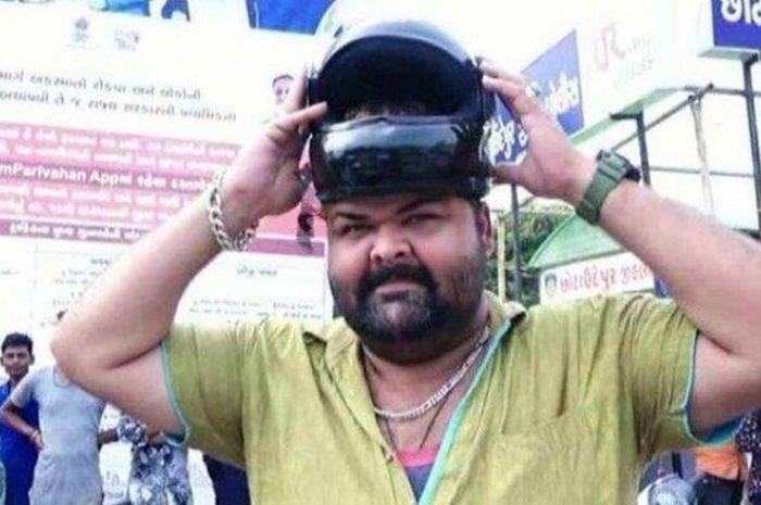 Pria ini tidak ditilang jika tidak menggunakan helm karena tidak ada yang muat