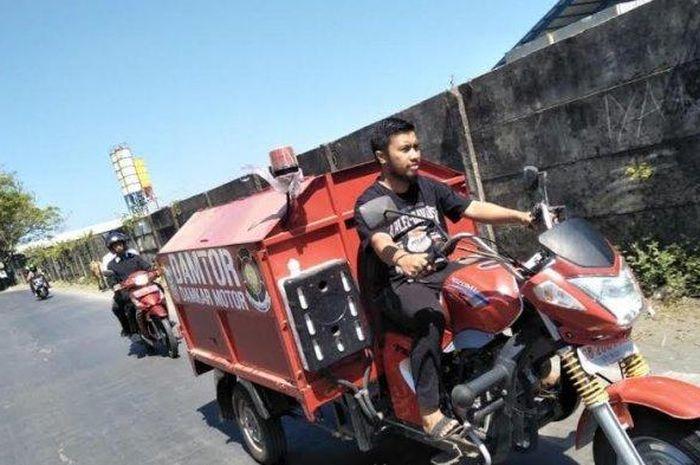 Lurah Maccini Sombala, Andi Eldi Malka naik motor kebakaran namun ada yang ganjil dari penampilannya.