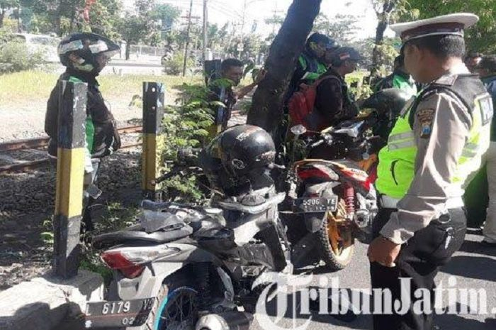 Pemotor tewas tertimpa pohon di Surabaya.