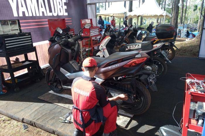 Mekanik sedang servis di MAXI Yamah Day 2019 Bandung