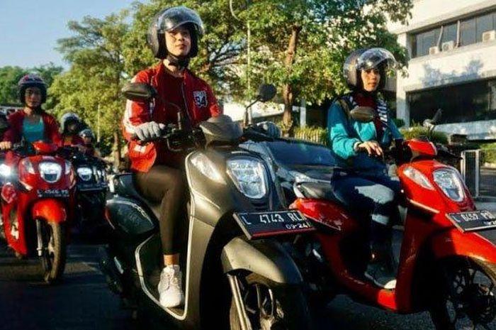 Sebanyak sepuluh perempuan berkeliling Kota Surabaya mengendarai Honda Genio dalam kegiatan bertajuk Genio On The Street East Java.