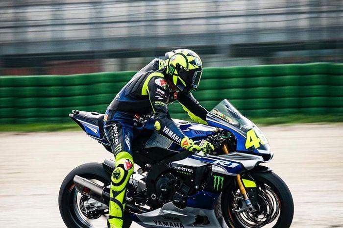 Gak sampai sepekan Valentino Rossi latihan di sirkuit Misano, beberapa waktu lalu jajal mobil balap Ferrari 488 GT3. Akhir pekan kemain latihan motor buat hadapi jadwal padat MotoGP Jepang, Australia dan Malaysia