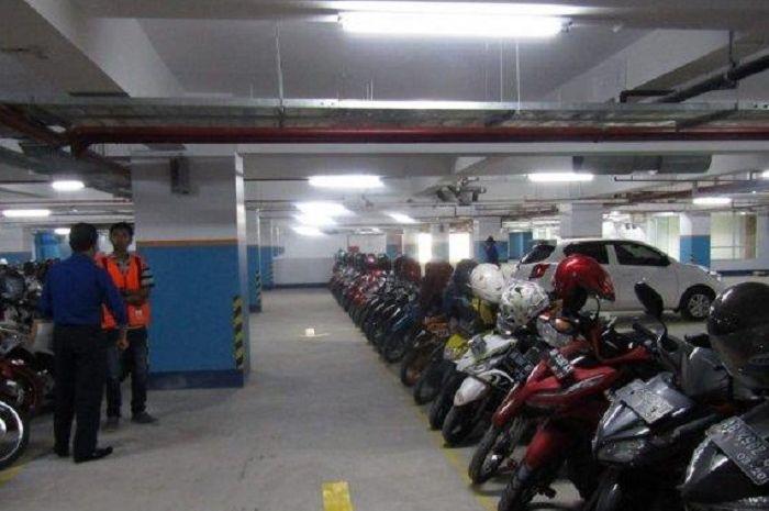 Parkir motor resmi.