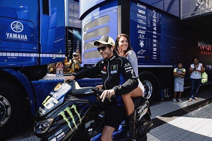 Valentino Rossi dan Francesca Sofia naik Yamaha NMAX