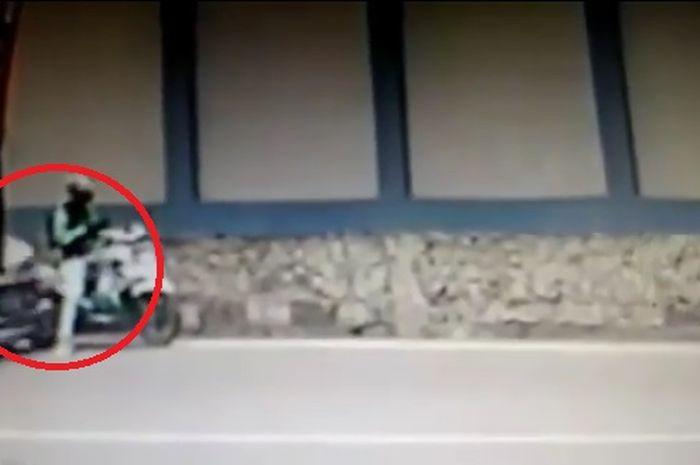 Video detik-detik driver ojek online ditabrak mobil dari belakang