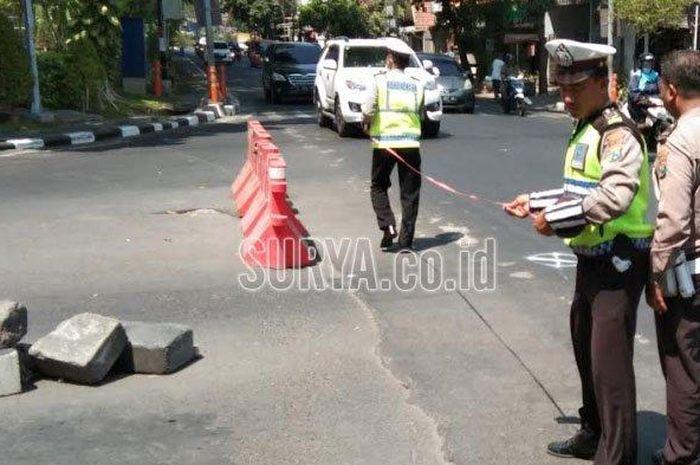 Anggota Unit Kecelakaan Lalu Lintas Polrestabes Surabaya saat melangsungkan olah TKP di Jalan Joyoboyo, Jumat (18/10/2019).