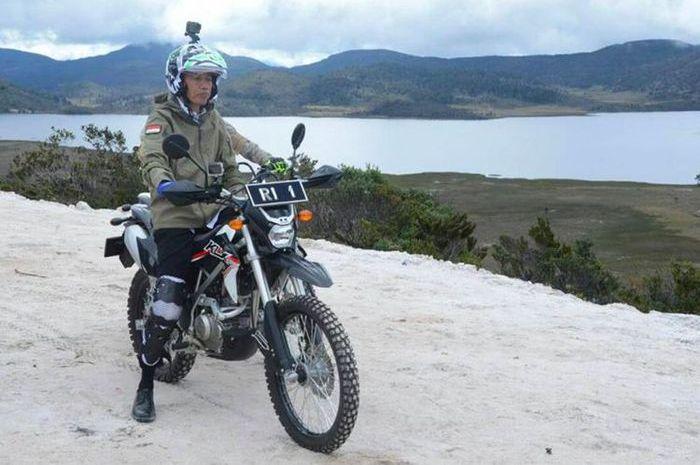 Presiden Jokowi naik motor trail dengan helm NHK Road Fifhter