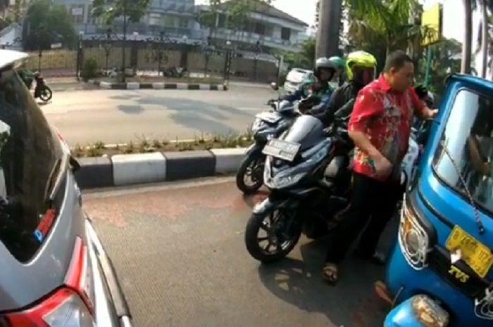 Pengemudi mobil yang mengaku intelejen memukul sopir bajaj di Pondok Indah.