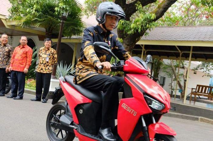 Presiden Jokowi menunggangi motor listrik, sebagai kampanye mengenalkan motor listrik kepada masyarakat Indonesia.