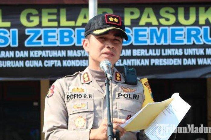 Kapolres Pasuruan, AKBP Rofiq Ripto Himawan saat memimpin apel pasukan Operasi Zebra Semeru 2019 di lapangan Polres Pasuruan, Rabu (23/10/2019) pagi.