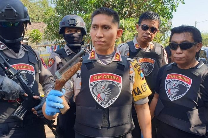 Kapolres Lumajang AKBP M Arsal Sahban (memegang pistol rakitan) bersama personel Tim Cobra Polres Lumajang.