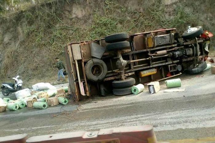 Truk bernomor polisi BE 9037 NE terbalik usai menabrak dua unit sepeda motor yang sedang parkir di Turunan Tarahan, Jalinsum KM 21-22, Desa Tarahan, Lampung Selatan. Empat orang tewas dalam kecelakaan ini.