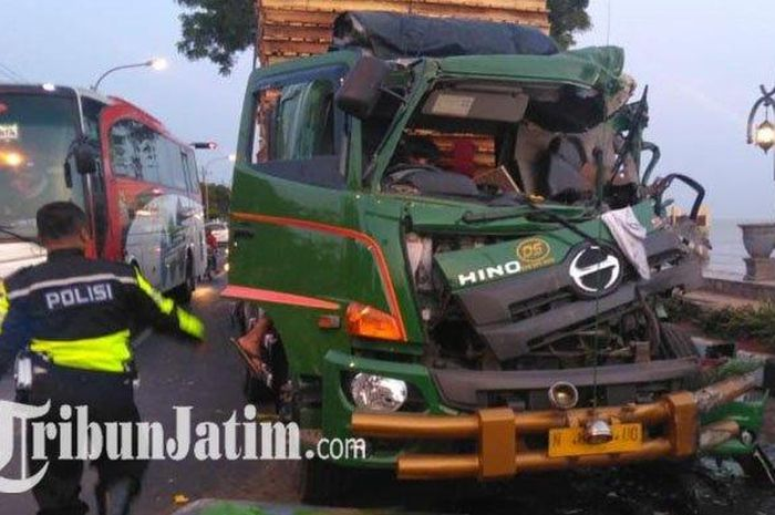Truk Trailer rusak parah bagian depan usai menabrak tiga kendaraan lain di jalur Pantura Tuban-Surabaya tepatnya di jalan RE Martadinata, Senin (29/10/2019).