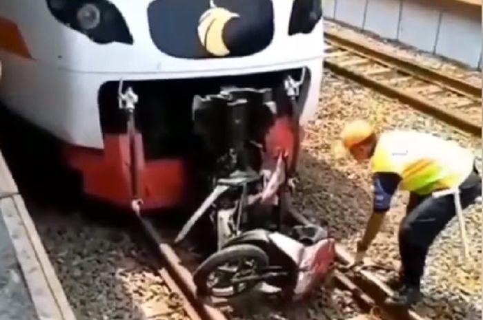 Pengendara Honda Vario tewas tertabrak kereta di stasiun kereta api Poris, Tangerang, Kamis (31/10/2019).