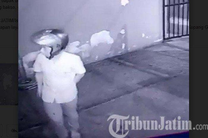 Tangkapan layar video CCTV yang merekam pelaku pencurian di sebuah rumah di kawasan Jalan Kupang Gunung Jaya, Sawahan.