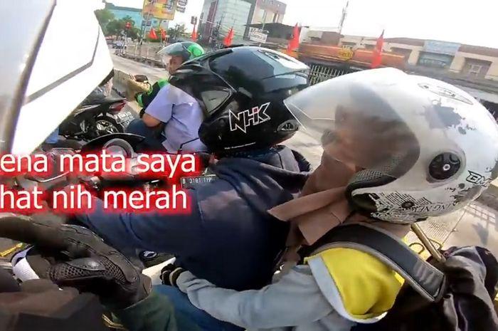 Pengguna Yamaha NMAX merokok di jalan, langsung ditegur pemotor Kawasaki Ninja 250