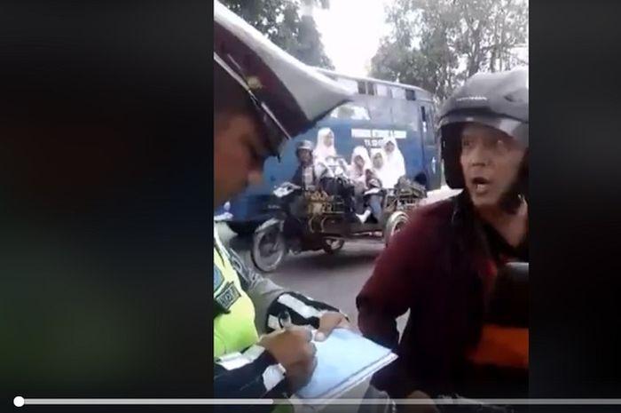 Pemotor ngamuk dan maki-maki polisi saat terjaring razia.