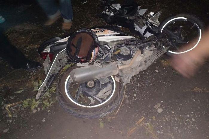 Dua motor terkapar setelah gagal menyalip dan adu banteng di tikungan
